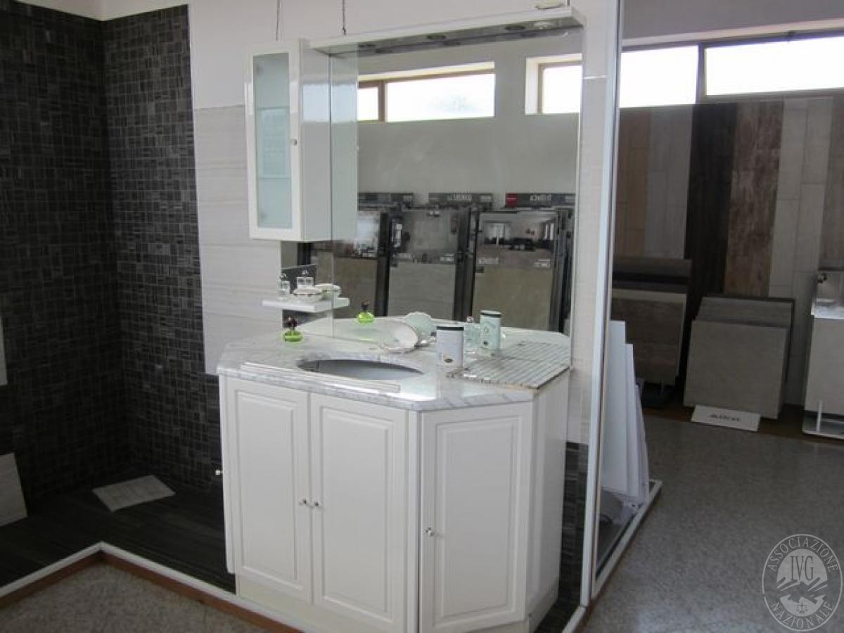 Bagni In Marmo Di Carrara : Mobile bagno con ripiano in marmo di carrara a ante bianche in