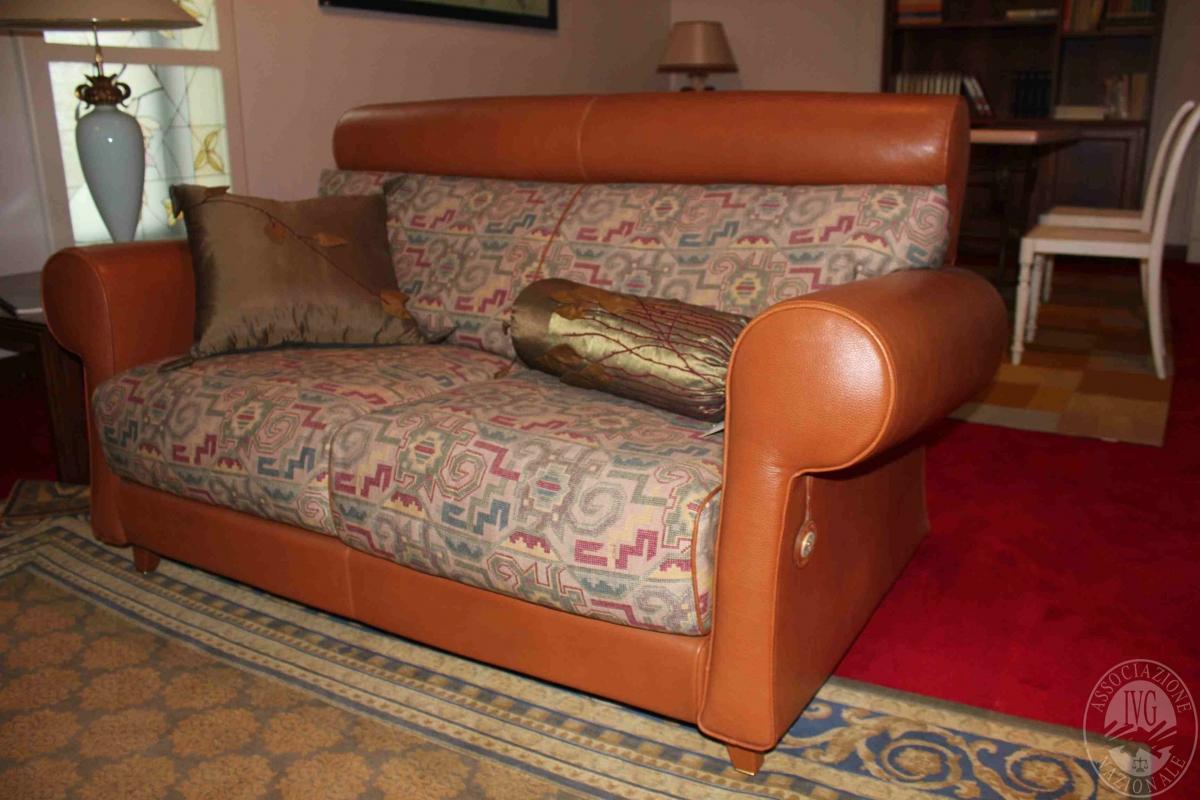 Divani In Pelle E Tessuto : Rif zona qta coppia di divani a due posti in pelle e tessuto