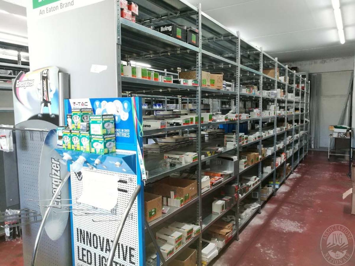 Lampade materiale elettrico arredamento da negozio for Arredamento vendita