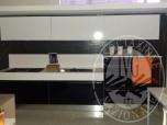 Immagine di RIF. 3 - cucina lineare con piano cottura, lavello, cassetti e vano per forno, tre pensili con cappa integrata in laminato lucido nero e bianco