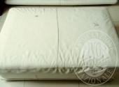 2 divani in pelle bianca, 1 pouf in pelle bianca, 1 mobile in laminato nero, 1 tv Panasonic, 1 mobile dispensa in legno intagliato