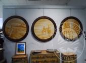 Fall. Ristorante 3 Pini Sas n. 579/2016 - Tre quadri rotondi (diametro 100) con cornice in legno a firma D'Agostino su sfondo ocra diverso soggetto