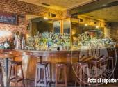 Fall. Marigest Srl n. 770/2015 - Arredi bar/ristorante e attrezzature complementari (cucina e piccoli elettrodomestici vari), bancone bar angolare in legno, tavoli, sedie e quant'altro