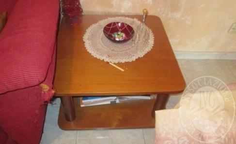 Immagine di Lotto 6: Tavolino da salotto in legno con doppio ripiano