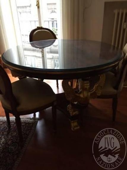 Lotto 3: tavolo tondo stile impero; n.5 sedie stile impero di cui 2 con braccioli